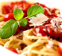 Spaghetti z sosem pomidorowym: przepis na szybki i smaczny obiad!