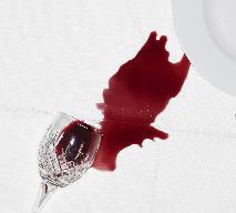 Jak sprać plamę z czerwonego wina?