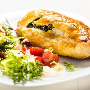 Kieszonki z ciasta francuskiego nadziewane piersią z kurczaka, fetą i szpinakiem