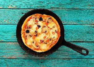 Pizza z patelni: jak zrobić pizzę inaczej? [WIDEO]