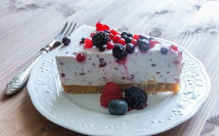 Jogurtowiec jagodowy - szybkie ciasto na zimno