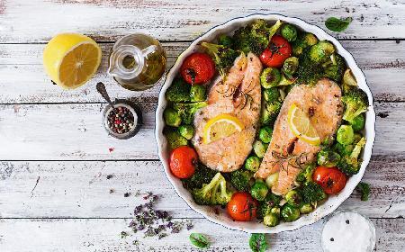Ziołowy łosoś z warzywami: danie z pieca