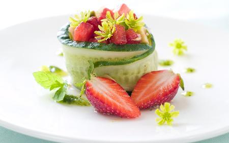 Mizeria z truskawkami - słodko-wytrawny dodatek obiadowy [przepis]