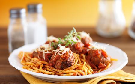 Spaghetti z sosem pomidorowym i pulpetami drobiowymi