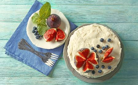 Tort czekoladowy z mrożonymi owocami: przepis na tort z serowym kremem