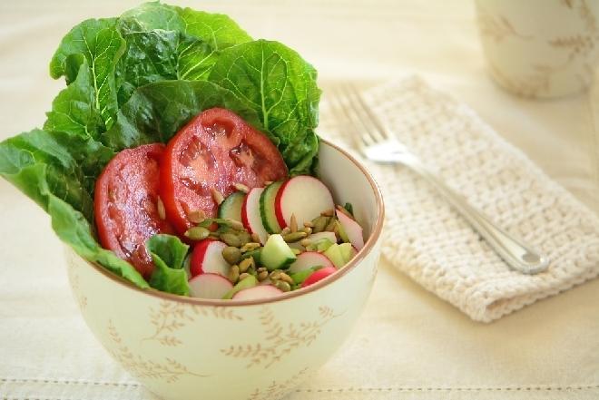 Chrupiąca sałata rzymska z rzodkiewkami i pomidorami