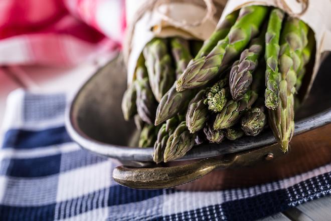 Jak gotować szparagi? Gotowanie szparagów: INSTRUKCJA wraz z WIDEO krok po kroku