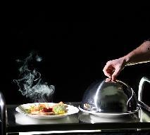 DIFFERENT: Pierwsza restauracja w ciemności obsługiwana przez niewidomych kelnerów!