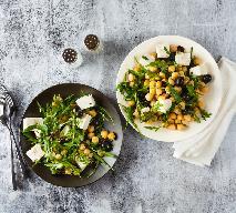 Wyborna sałatka z ciecierzycy, sera feta i oliwek: gotowa w 15 minut