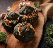 Okrągłe cukinie lub patisony faszerowane jarmużem i kaszą gryczaną: przepis na sycące danie