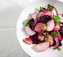 Cudowna sałatka z pieczonych buraków, rzodkiewek i cebuli - dawka zdrowia i przyjemności