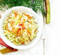 Surówka z młodej kapusty z marchewką i rabarbarem