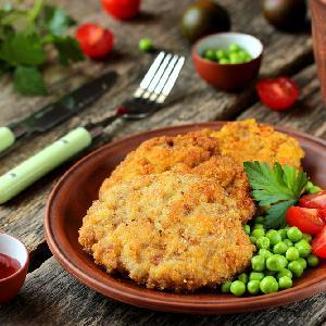 Oszukane schabowe z mięsa mielonego: sprytny przepis na panierowane kotlety wieprzowe