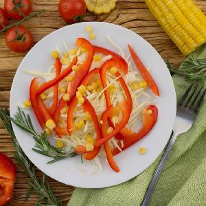 Prosta surówka z białej kapusty z papryką i kukurydzą
