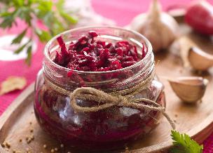 Buraczki z papryką i cebulą na zimę: przepis na przetwory z buraków [WIDEO]