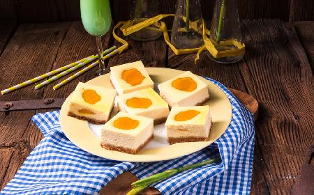 Ciasto jajko sadzone - przepis na efektowny sernik z brzoskwiniami