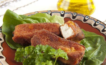 Panierowany ser feta - znakomita przekąska kuchni bałkańskiej