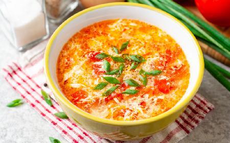 Sycąca pomidorowa z lanymi kluskami: pikantna i pyszna