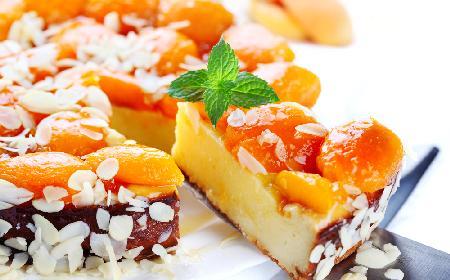 Ciasto serowe z morelami i migdałami