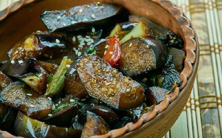 Aromatyczny bakłażan smażony z kapustą pekińską