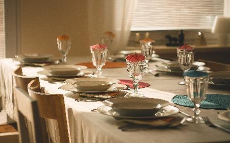Jak nakryć stół na wykwintną kolację? [WIDEO]