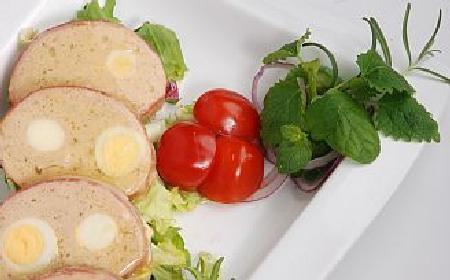 Pasztet drobiowy z jajami przepiórczymi: przepis na Wielkanoc i nie tylko! [WIDEO]