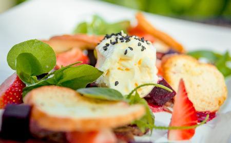 Sałatka z buraków i truskawek: zdrowa i oryginalna kombinacja
