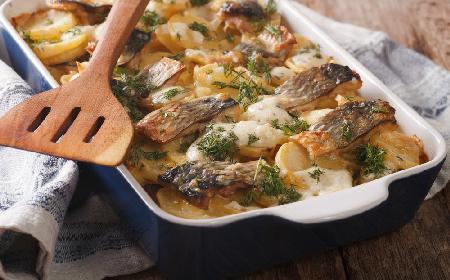 Śledzie po szwedzku: przepis na pieczoną rybę