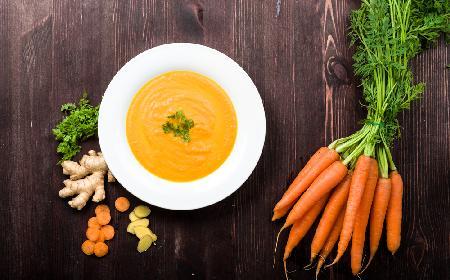 Zupa krem z marchwi z imbirem: przepis na pyszną rozgrzewającą zupę [GALERIA]