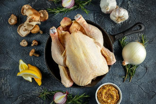 Kurczak zagrodowy, ekologiczny, organiczny: dlaczego warto jeść zdrowe mięso drobiowe [WIDEO]