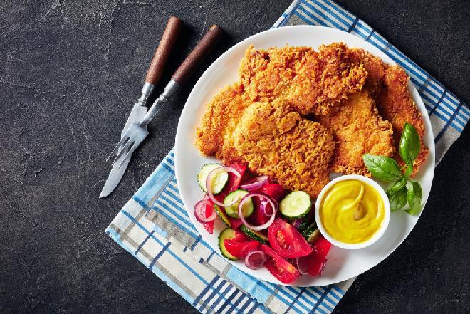 Panierowane kotlety z udek kurczaka z piekarnika: łatwy trik na chrupiącą panierkę