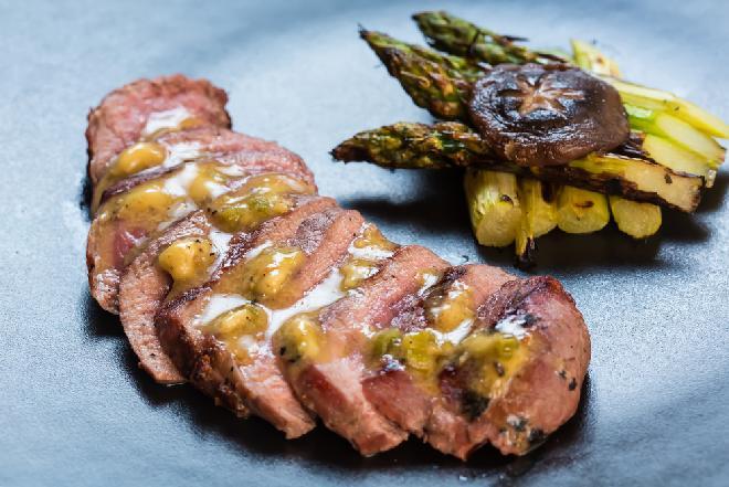 Kaczka pieczona z rabarbarem - przepis na znakomite danie sezonowe