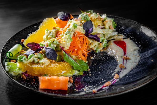 Sałatka z młodych warzyw z selerem naciowym i pomarańczą
