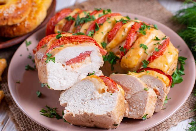 Pieczone piersi kurczaka hasselback nadziewane serem i pomidorem: genialny trik na szybki obiad